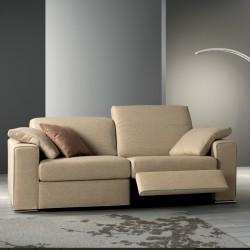 One divano con poggiatesta regolabile e meccanismo relax